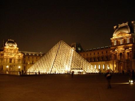 Des femmes se dénudent les seins au Louvre