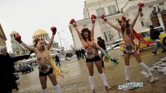 TRE AKSJONISTER: To kvinner fra Ukraina og en fra Bulgaria deltok i Femen-aksjonen i Sofia lørdag.