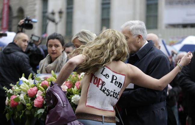 Une Femen vacue par le service d'ordre du FN le 1er mai 2015.
