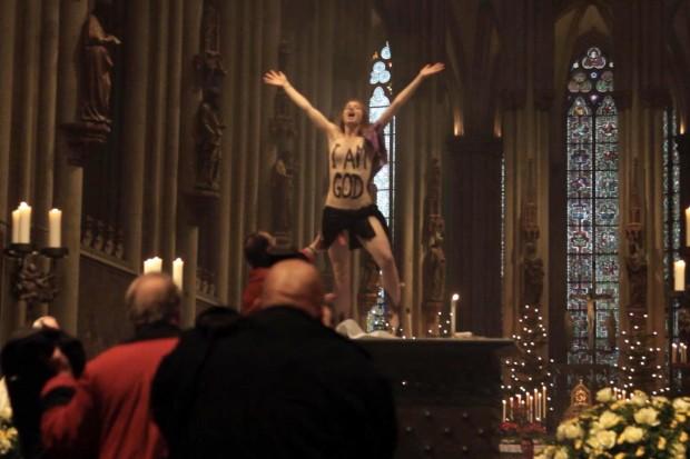 Die Femen-Aktivistin Josephine Witt nackt auf dem Alter im Kölner Dom