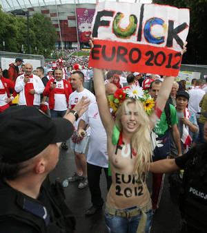 Femen manifeste contre la passivité des gouvernements ukrainiens et polonais à éradiquer la prostitution.