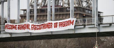 Ativista simula enforcamento em ponte de Paris
