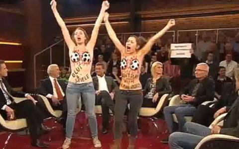Γυμνόστηθη... «εισβολή» της Femen σε γερμανική εκπομπή