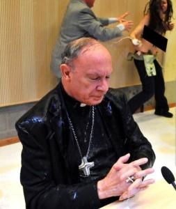 Erzbischof-Leonard-von-Feministinnen-attackiert-253x300