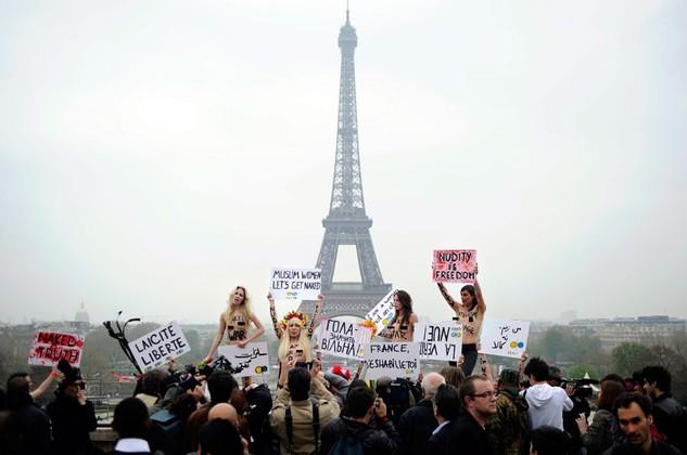 Zobacz, jak Femen broni prawa muzumanek do nagoci