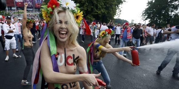Euro 2012'de ilk güne 'femen' damga vurdu