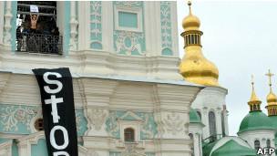 Ativistas exibem cartaz com dizeres ''Parem'', no topo de torre ucraniana