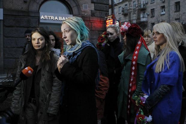 Ativistas do grupo ucraniano Femen falam à imprensa, em Kyiv, sobre violência que afirmam ter sofrido em Belarus (Foto: /Gleb Garanich / Reuters)