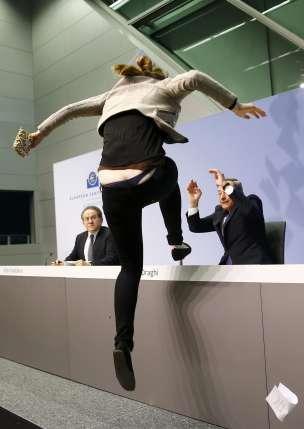 Attacke! Die Demonstrantin stürmt Draghis Pult.