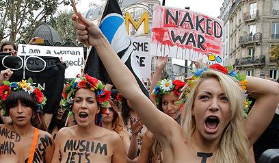 שבצ'נקו (מימין) מובילה הפגנה של פמן (צילום: AP)