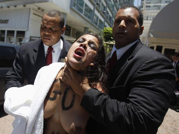 Membro do grupo Femen é levada do Copacabana Palace