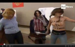Vrouwen trekken hun kleren uit om topless te protesteren tegen Poetin tijdens de Russische presidentsverkiezingen op 4 maart 2012. Op het lijf van het rechtse meisje staat