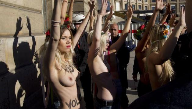 Femen à Paris, place Vendôme le 15 octobre 2012 (GELEBART/20 MINUTES/SIPA)