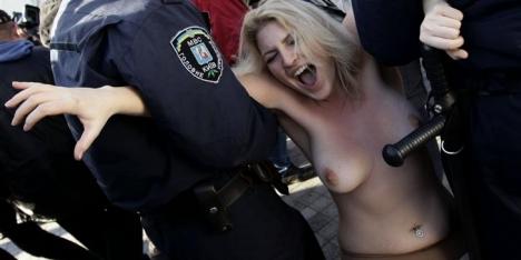 Topless actievoersters opgepakt bij EK-loting