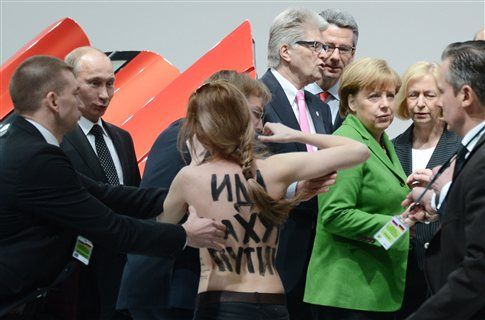 Γυμνόστηθη διαμαρτυρία στην επίσκεψη Πούτιν στο Αννόβερο