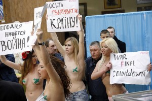 800px-Election_Protest_Crucified_Ukraine[1]