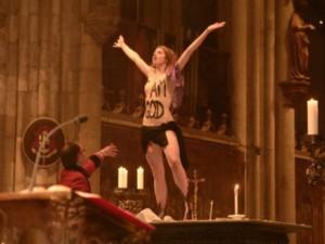 Protesta Femen a Colonia: entra in chiesa e grida: