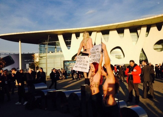 Mujeres de Femen protestan contra censura a los pezones en Facebook