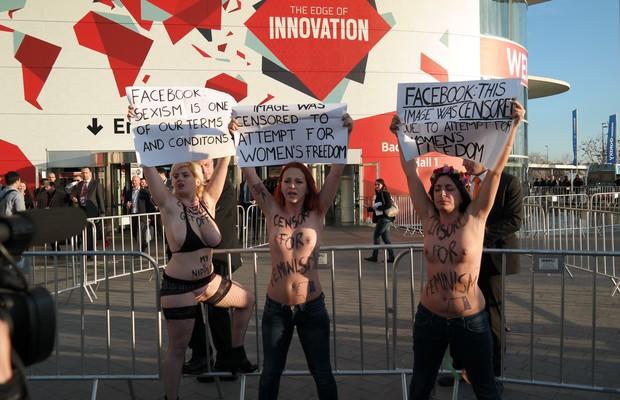 No cartaz, lê-se: Facebook: esta imagem foi censurada por tentativa de liberdade feminina (Foto: Bruno Ferrari/ÉPOCA)