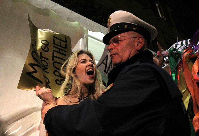 Femen: proteste a seno nudo alla sfilata Versace