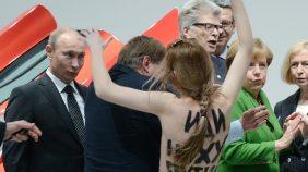 Im Frhjahr 2013 berraschten  Femen-Aktivistinnen Russlands Prsident Putin und Kanzlerin Merkel bei einem Rundgang bei der Hannover-Messe.