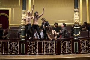 Aktivistky z hnutí Femen protestují proti návrhu na omezení možnosti potratů ve španělském Kongresu-Foto: ČTK/AP