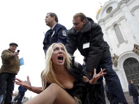 """Aktivistinnen von  """"Femen"""" sorgen weltweit für Aufsehen mit ihren Nacktprotesten. Hier gerieten sie mit russischen Sicherheitskräften aneinander (Archivbild)"""