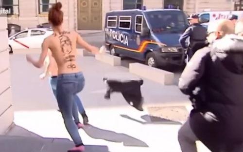 Hình ảnh Clip: Cảnh người phụ nữ cởi trần gây náo loạn số 1