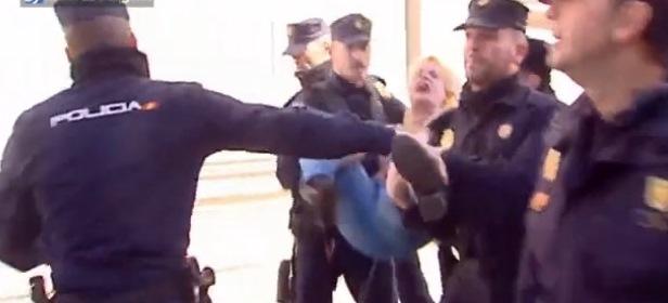 Hình ảnh Clip: Cảnh người phụ nữ cởi trần gây náo loạn số 2