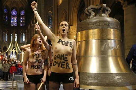 topless feministen vieren vertrek paus in parijse notre dame