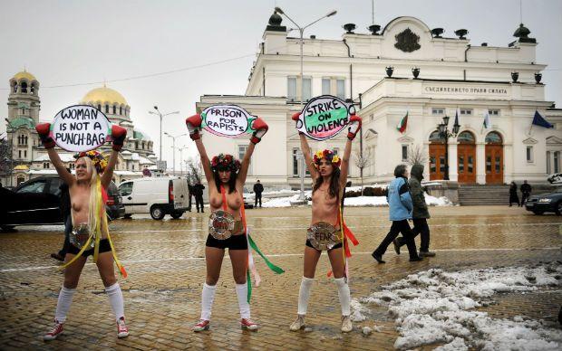Feministas protestam diante do Parlamento, em Sofia