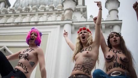 Mit nackten Oberkörpern protestierten Femen-Aktivistinnen vor der Moschee in Wilmersdorf