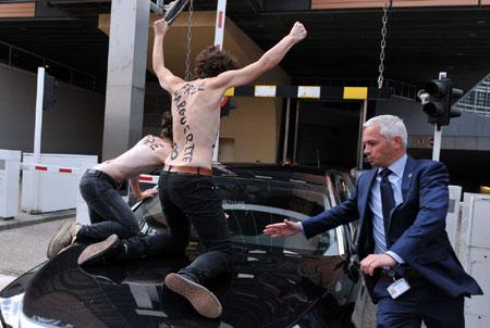 2 nhà hoạt động trèo lên một chiếc ô tô ngoại giao.