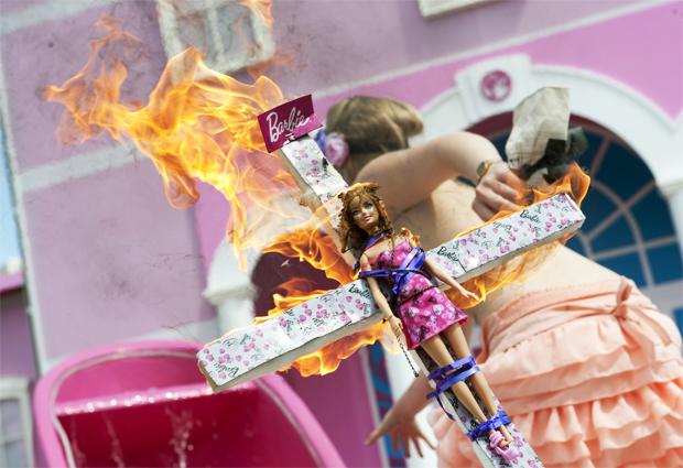 Barbie foi 'crucificada' e queimada por manifestantes em Berlim, na Alemanha (AFP PHOTO / BARBARA SAX)