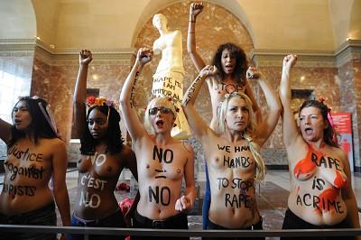 Femen demonstrieren halbnackt im Louvre