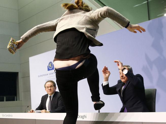 bDRAMATIKK P ESB-MTE:/b Her stormer en aktivist mot sentralbanksjef Mario Draghi i ESB.