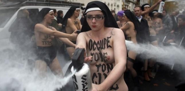 Incident entre les Femen et les manifestants anti-mariage homo, à Paris, le 18 novembre. (AFP PHOTO / KENZO TRIBOUILLARD)