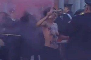 Deux Femen seins nus place Saint-Pierre