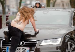 pKLAR TALE: En Femen-aktivist kun ifrt benklr krabbet opp p bilen til Strauss-Kahm i det han ankom tingretten i den franske byen Lille tirsdag morgen./p