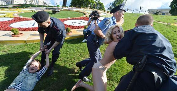 Integrantes del grupo feminista ucraniano FEMEN, protestaron contra el 'turismo sexual' que podría desencadenarse durante el campeonato europeo de fútbol. Finalmente las mujeres fueron retiradas por agentes de la Policía. (Foto AFP)