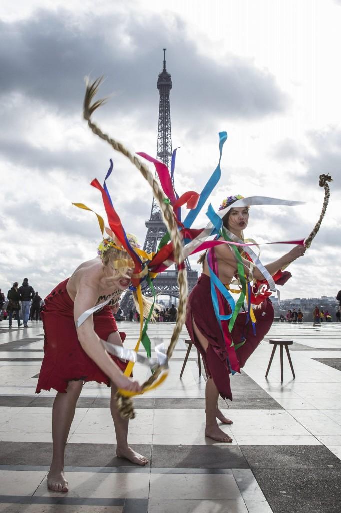 Femen a seno nudo per l'Ucraina sotto la Torre Eiffel03