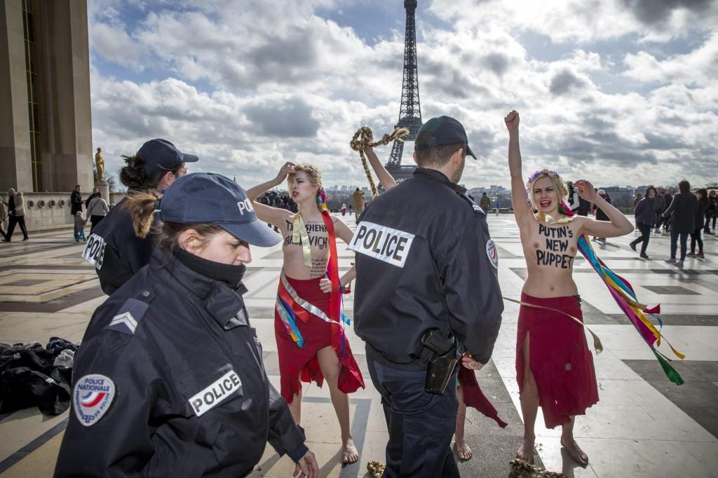 Femen a seno nudo per l'Ucraina sotto la Torre Eiffel01