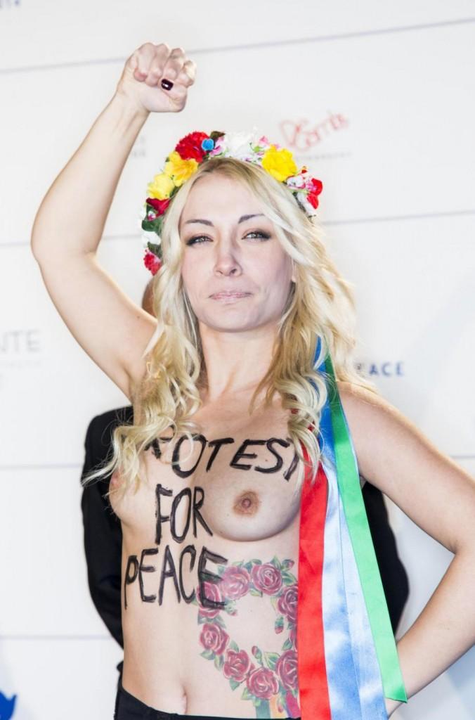 Inna Shevchenko e le Femen in topless al Festival di Berlino04