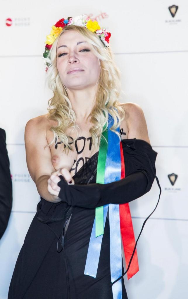 Inna Shevchenko e le Femen in topless al Festival di Berlino05