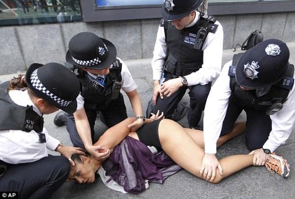 4 cô gái ngực trần làm loạn Olympic London
