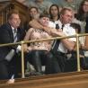 Dans les tribunes ouvertes au public, dans les hauteurs du Salon bleu, les militantes de Femen ont scandé leur slogan, «Crucifix décâlisse».