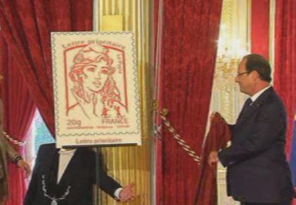 Le nouveau timbre Marianne, dessiné par David Kawena et Olivier Ciappa, présenté par François Hollande le 14 juillet 2013