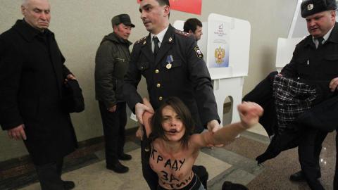 - STJELER FOR PUTIN: Slagordet på brystene skal være satirisk ment mot unge Putin-støttespillere.  Foto: Reuters/Denis Sinyakov/Scanpix