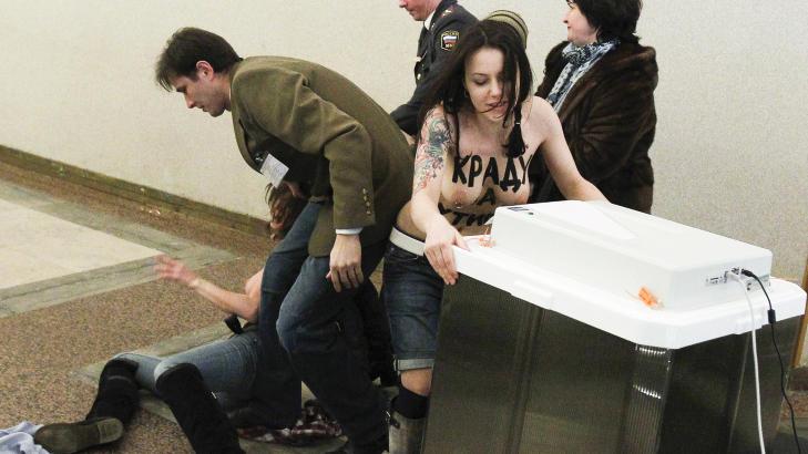 - VILLE STJELE PUTINS STEMME: Aktivistene skal ha prøvd å stjele boksen der statsminister Vladimir Putin hadde lagt sin stemmeseddel. Foto: Reuters/Denis Sinyakov/Scanpix