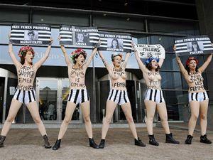 Bruksela, siedziba Parlamentu Europejskiego. Protest działaczek Femenu przeciwko zatrzymaniu kilku działaczek ruchu w Tunisie (fot. John Thys/AFP Photo)